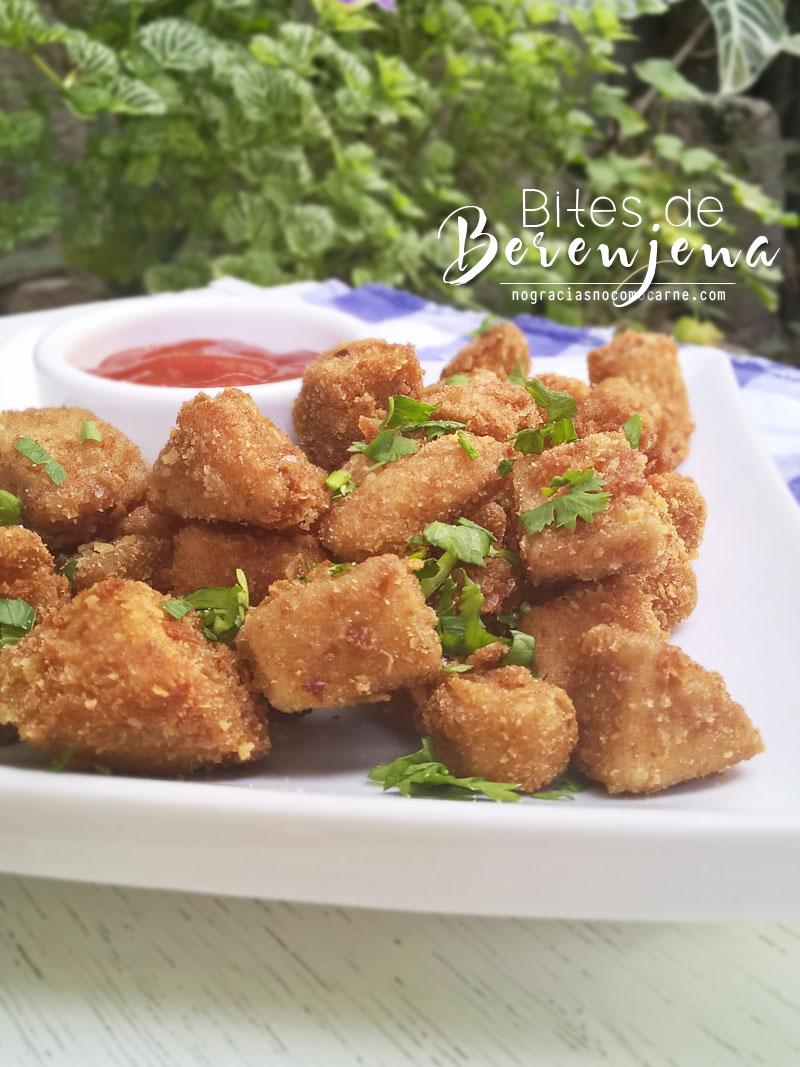 Estos bites de berenjena son condenadamente deliciosos! Crujientes por fuera y suavecitos por dentro. Empanizados sin huevo, completamente veganos.