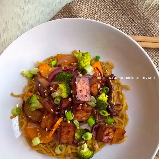 Fideos chinos con vegetales y tofu al horno. | No gracias, no como carne