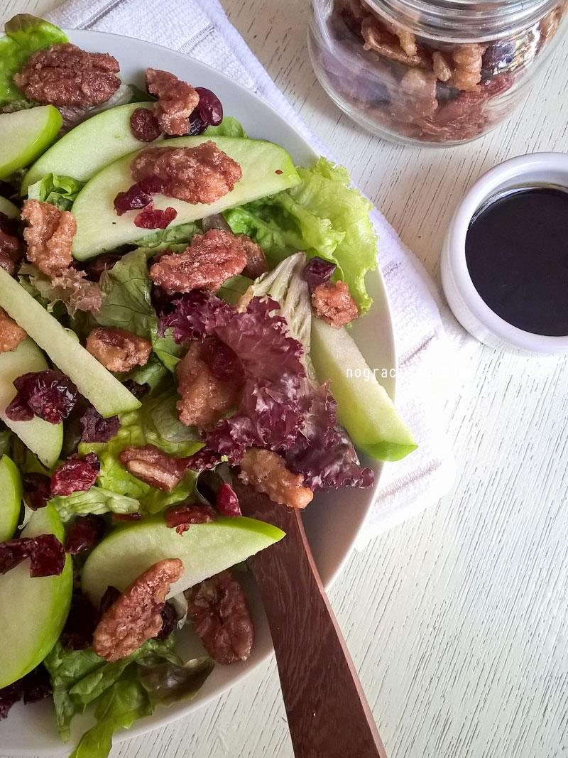 Ensalada de manzana, cramberry y pecanas especiadas con aderezo balsámico | No gracias, no como carne